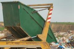 Behälter auf dem Dump stockbild
