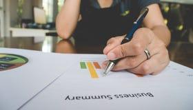 Behälter der berufstätigen Frau Handmit Geschäftszusammenfassungs- oder Unternehmensplanbericht mit Diagrammen und Diagrammen im  Lizenzfreie Stockbilder
