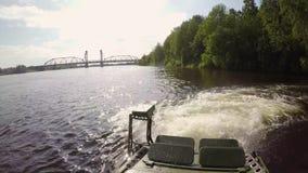 Behälter, der in Fluss fährt stock video footage