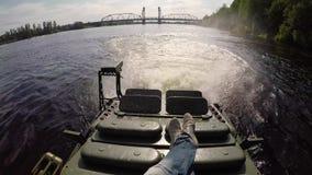 Behälter, der in Fluss fährt stock footage