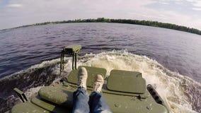 Behälter, der in Fluss fährt stock video