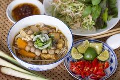 Behälter der vegetarischen Brötchen-Farbe (Farbreis-Nudelsuppe) und der Beilagen Lizenzfreies Stockfoto