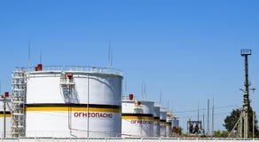 Behälter der vertikale Stahl Kapazitäten für Lagerung von Erdölerzeugnissen Titel: brennbar Lizenzfreies Stockfoto