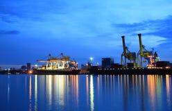 Behälter, die am Seehandelskanal laden Stockfotos