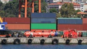 Behälter in einem Hafen Lizenzfreies Stockbild