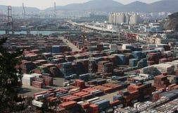 Behälter in einem Hafengebiet in Pusan lizenzfreie stockbilder