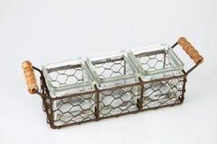 Behälter in einem Korb Stockbild