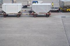 Behälter für Transport der Fracht sind auf dem gepflasterten Bereich lizenzfreie stockfotografie