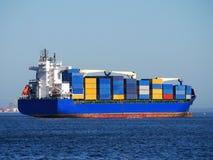 Behälter-Feederschiff Stockfotos