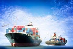 Behälter-Frachtschiff im Ozean mit den Vögeln, die in blauen Himmel fliegen, stockfotografie