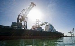 Behälter-Frachtschiff längsseits festgemacht Stockfotografie
