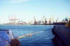 Behälter-Frachtschiff mit Arbeitskranbrücke im Werfthintergrund, Fracht-Transport, logistischer Import-export Hintergrund c Lizenzfreie Stockbilder