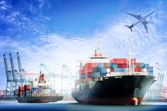 Behälter-Frachtschiff und Transportflugzeug mit Arbeitskranbrücke im Werfthintergrund stockbild
