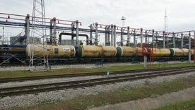 Behälter gefüllt mit Benzin-Stand auf Eisenbahnlinien stock video
