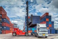 Behälter im Hafen Lizenzfreie Stockfotografie