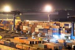 Behälter im Hafen nachts Stockbilder