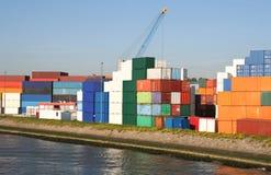 Behälter im Rotterdam-Kanal Stockfoto