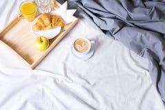 Behälter-Kaffeehörnchen des Morgenfrühstücksbetts hölzernes lizenzfreies stockbild