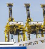 Behälter-Kräne in einem Kanal oder in einem Dock Lizenzfreie Stockbilder