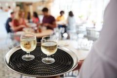 Behälter mit den Getränken, die vom Kellner an einem Restaurant getragen werden, schließen oben lizenzfreie stockfotos
