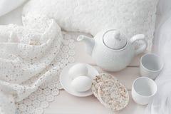 Behälter mit Frühstück auf einem Bett Lizenzfreies Stockfoto