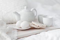 Behälter mit Frühstück auf einem Bett Stockfoto