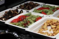 Behälter mit gegrilltem Gemüse und gebratenen Kartoffeln Lizenzfreies Stockfoto