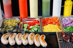 Behälter mit gekochtem Essen auf Schaukasten Lizenzfreie Stockfotografie