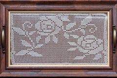 Behälter mit Häkelspitze im Holzrahmen Stockfoto