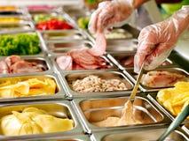 Behälter mit Nahrung auf Schaukasten an der Cafeteria Lizenzfreies Stockfoto