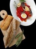 Behälter mit Pfeffersalat und Küche verschalen mit Brot lizenzfreie stockbilder