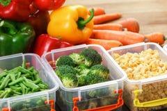 Behälter mit rohem Gemüse für das Einfrieren stockbild