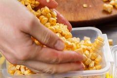 Behälter mit rohem Mais für das Einfrieren stockfoto