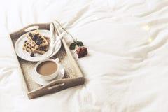 Behälter mit süßem Frühstück und stieg Lizenzfreie Stockfotos