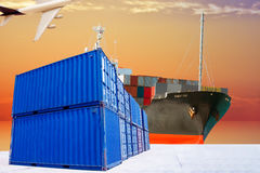 Behälter mit Schiffstransport-Warenimport-export u. liefern Stockbild