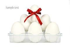 Behälter mit weißen Ostereiern Lizenzfreie Stockbilder