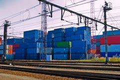 Behälter nahe bei Eisenbahn Stockfotos