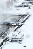 Abwasser-Aufbereitungsanlage im Winter Stockbild