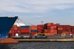 Behälter stackt im Hafen Stockfotos