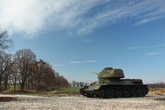 Behälter T-34, der eine Straße und Bäume bereitsteht Lizenzfreie Stockbilder