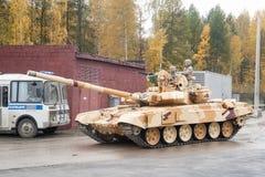 Behälter T-90S in der Bewegung Russland Stockfotografie