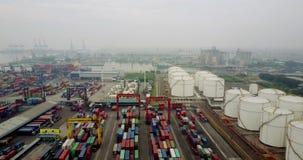 Behälter und Öltanks am Hafen stock footage