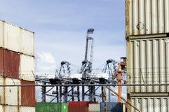 Behälter und Cranage an der Hafen-Abteilung Lizenzfreie Stockfotos