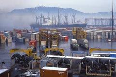 Behälter und Fördermaschinen auf Versanddock Stockfotografie