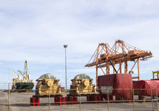 Behälter und Kran an der Hafen-Abteilung Stockbild