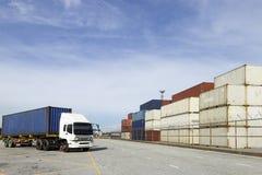 Behälter und LKW an der Hafen-Abteilung Lizenzfreie Stockfotografie