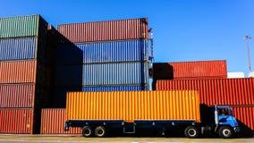 Behälter und LKW im Hafen Stockfotos