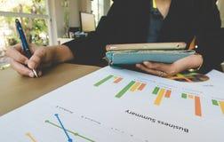 Behälter und teblet Hand der berufstätigen Frau mit Geschäftszusammenfassungs- oder Unternehmensplanbericht mit Diagrammen und Di Lizenzfreie Stockfotos