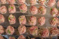 Behälter von den rohen Fleischklöschen backfertig Stockfoto