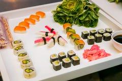 Behälter von frischen Sushi am Galaereignis stockfotografie